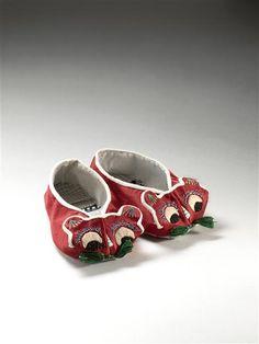 Chaussures d'enfants à tête de chat (maotouxie) (C) Musée Guimet, Paris, Dist. RMN-Grand Palais / Benjamin Soligny / Raphaël Chipault 20e siècle broderie, rayonne, satin, soie Chine