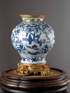 Blue and white porcelain vase, China, Ming dynasty, 1st half of the 17th century.Raphael Chipault and Benjamin Soligny / Musée Guimet